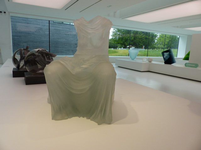 Seated Dress Impression with Drapery (2007) 	par Karen LaMonte